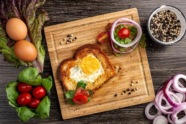 Яйцо в корзине завтрак