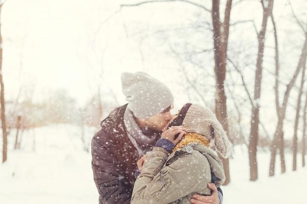 Веселая молодая пара, прогулки в зимний день
