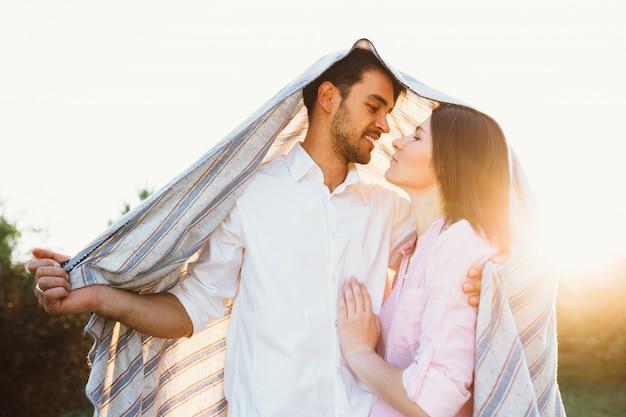 Счастливая и молодая беременная пара