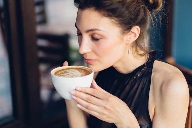 コーヒーを飲んできれいな女性
