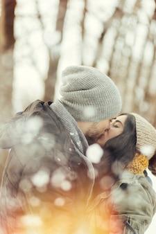 冬の日に歩いている陽気な若いカップル