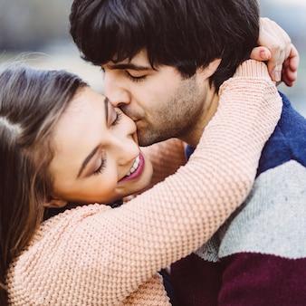 屋外の愛の若いカップル