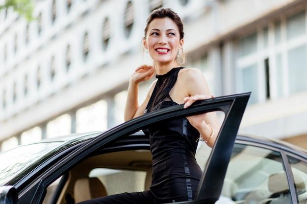 車の近くに立っている魅力的な女の子