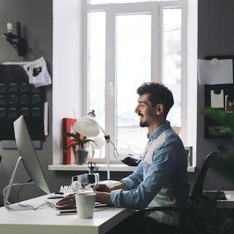 Красивый бизнесмен работает в офисе