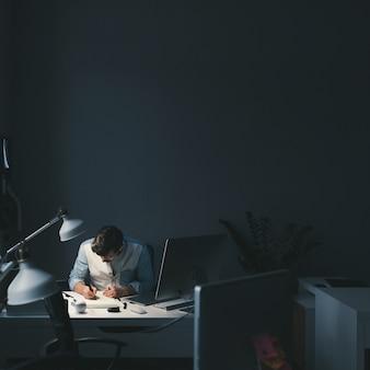 オフィスで働くデザイナー