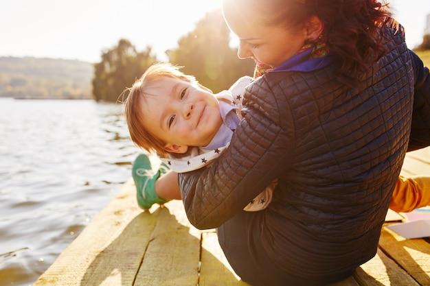 ママと息子が湖で楽しんで