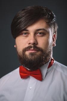 赤いネクタイの弓と白いシャツの男
