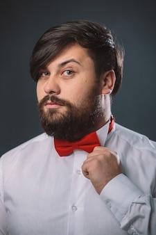 Парень в белой рубашке с красным бантом