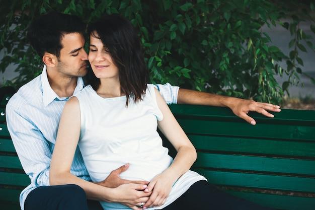 Беременная женщина, касаясь ее мужа руками