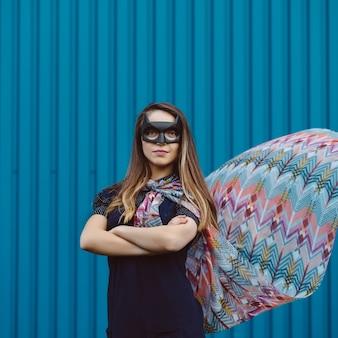黒のスーパーヒーローマスクの女の子