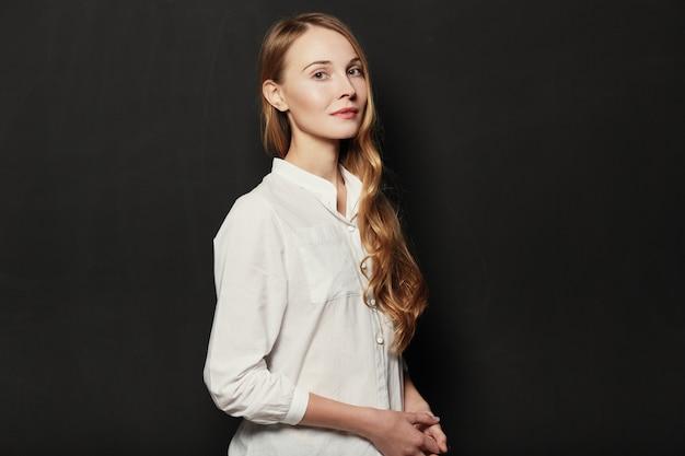 黒の背景に肖像若い、美しい女性