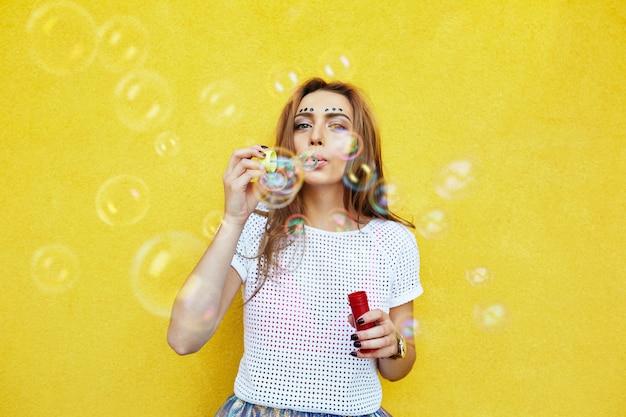 シャボン玉を吹く若い女性の肖像画