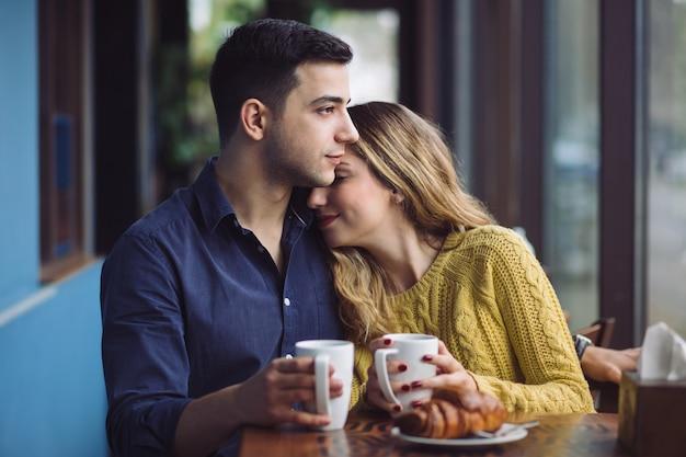 Пара в любви, пить кофе в кафе