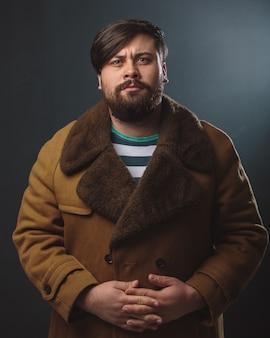 毛皮のコートの男