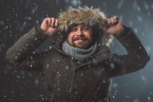 Красивый мужчина в снежной бури