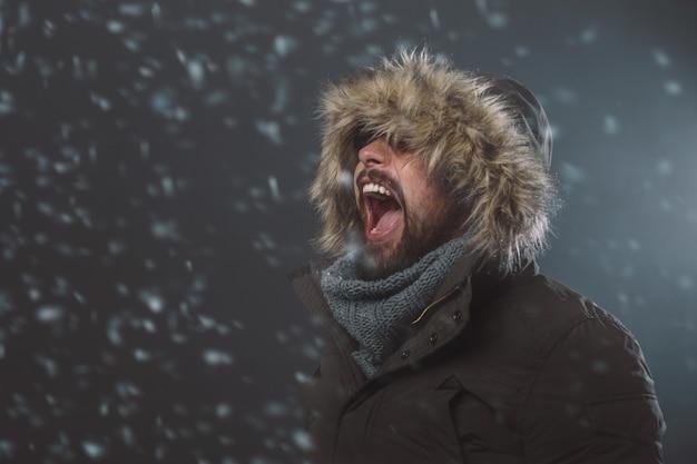 雪の嵐でハンサムな男