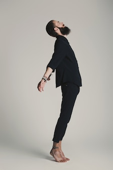 Битник стиль бородатый мужчина черная рубашка в студии на белом фоне