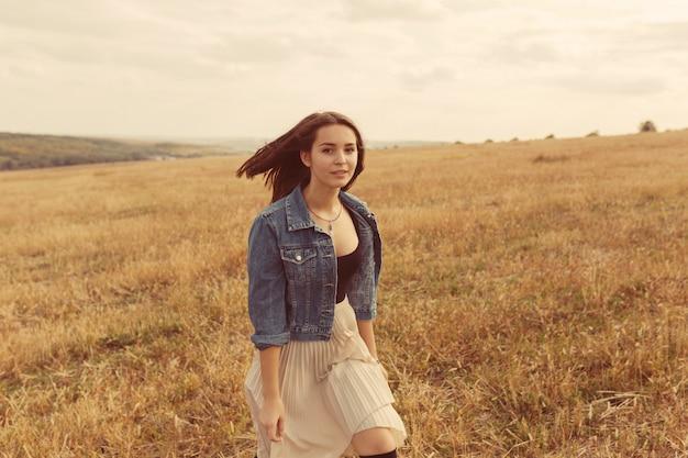 Молодая и красивая девушка развлекается на свежем воздухе