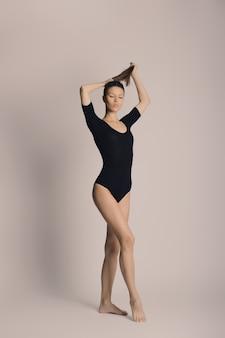 女性の体の美しさ、綿の下着の少女、若いスリムなモデル