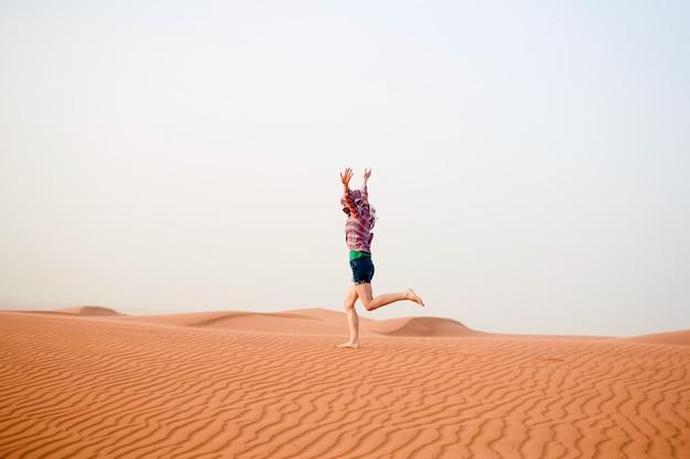砂漠の若い女性