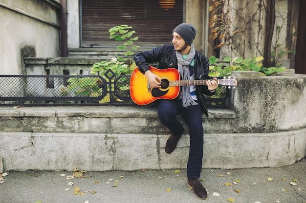市ではギターを持つ若いミュージシャン
