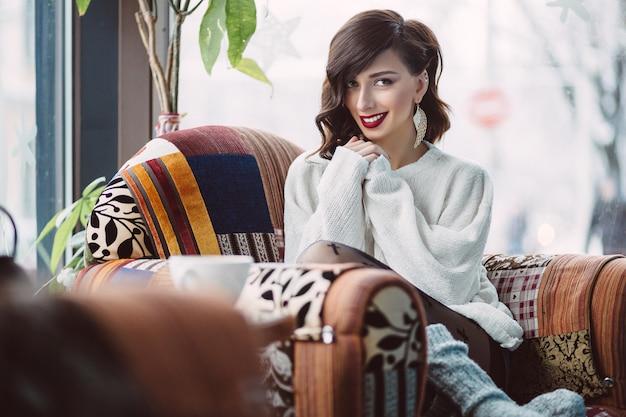 カフェの椅子に立地の女性
