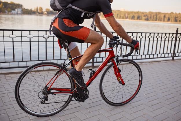 Молодой и энергичный велосипедист в парке