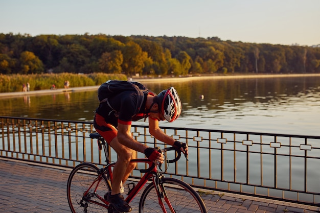 公園で若くてエネルギッシュなサイクリスト