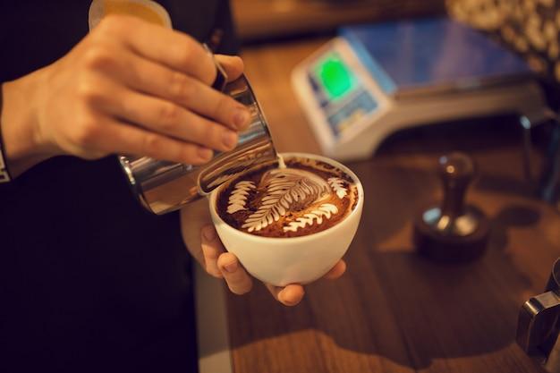 コーヒーショップで働くバリスタ