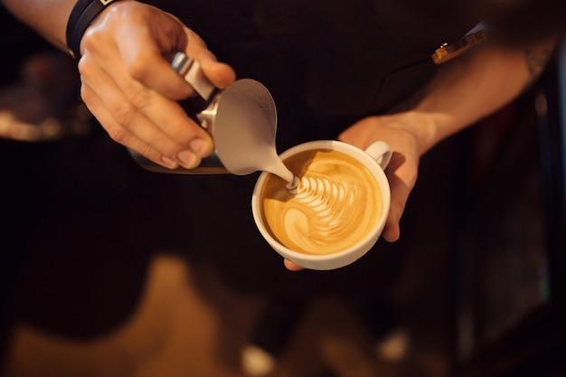 Бариста за работой в кафе