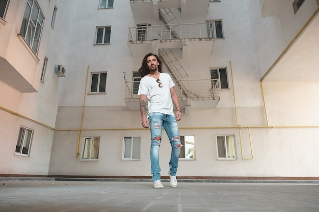 Стильный мужчина позирует на строительной площадке
