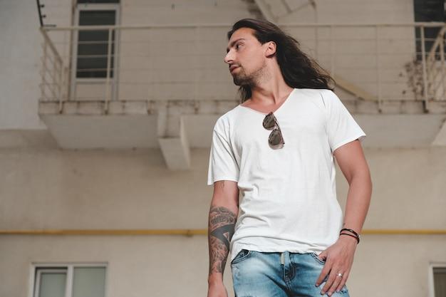 長い髪の流行に敏感なモデル