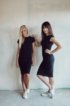 壁に黒のドレスの若い女性