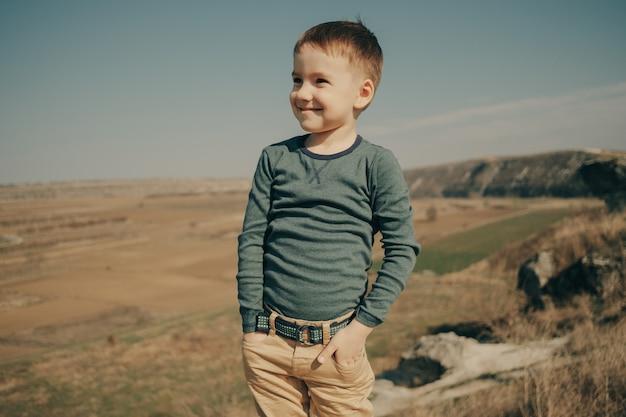 Маленький молодой кавказский мальчик в природе, детстве
