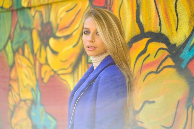 Женщина в синем пальто на улице
