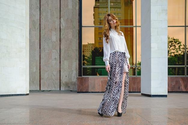 高いファッショナブルな服を着ている女性
