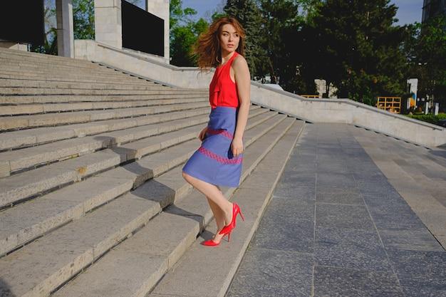 階段を上って歩いて美しい女性