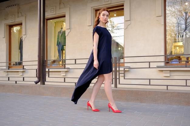 通りを一人で歩いてエレガントな女性