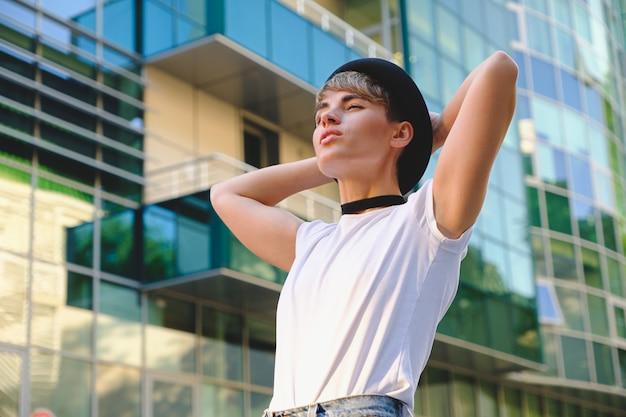 Портрет модная женщина, принимая грудь с работы расслабляющий
