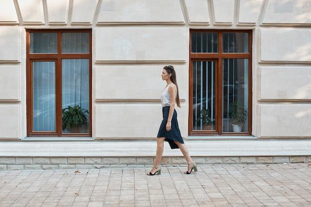 旧市街の通りを歩いてファッションプリティウーマン