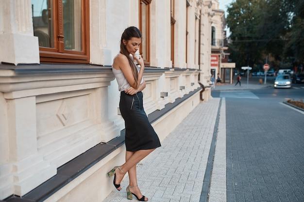 Модная красотка гуляет по улицам старого города