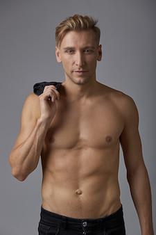 Красивый мужчина с голым торсом