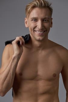 裸の胴体を笑顔でハンサムな男