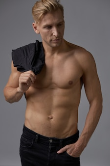 ハンサムな筋肉の若い男のポーズ