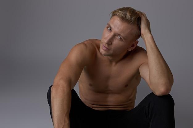 肖像画座っている男の裸の胴体のポーズ