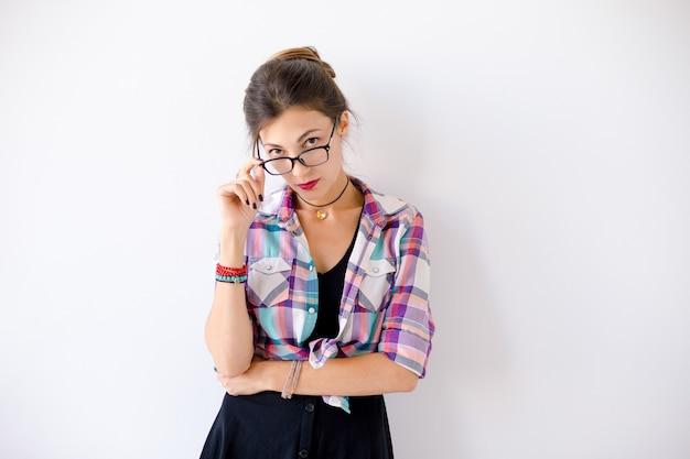 Вдумчивый молодая женщина в очках