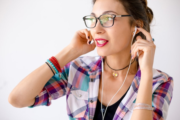 ファッションのメガネでカラフルな笑顔の女性