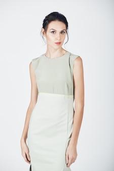 Мода фото молодой пышной женщины в ярком платье