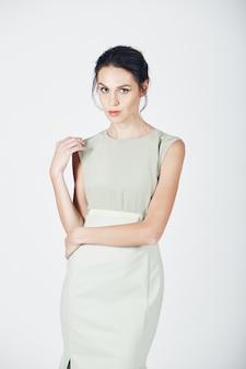 明るいドレスの若い壮大な女性のファッション写真