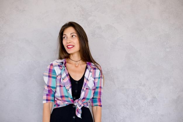 長い髪を持つ若い女性の笑みを浮かべてください。